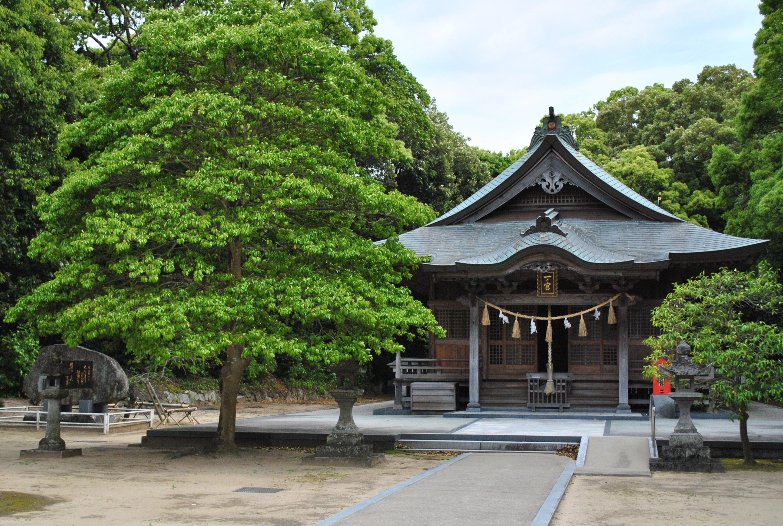 子宝と安産の神が宿る御神木のクスノキ。唐津市鏡神社は女子力アップにも最適。
