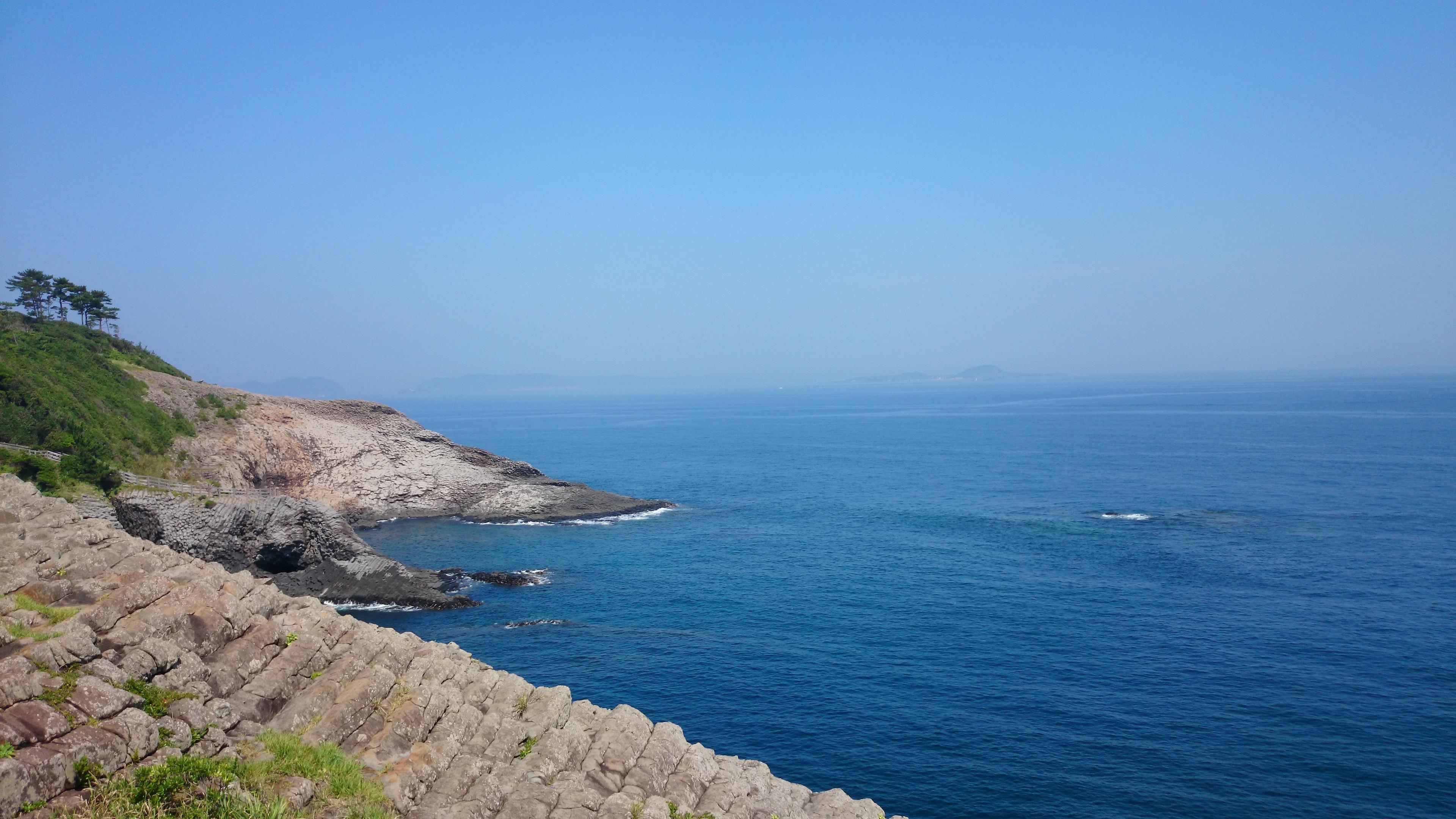 国の天然記念物。海に向かって七つの口を開ける唐津市の七ツ釜。