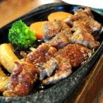 レトロな雰囲気の中でお肉を食す。唐津の「ステーキハウス・キッチンブル」。