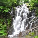 ストレスを癒すマイナスイオン。流れる水の音とアジサイの彩り。糸島市の白糸の滝。