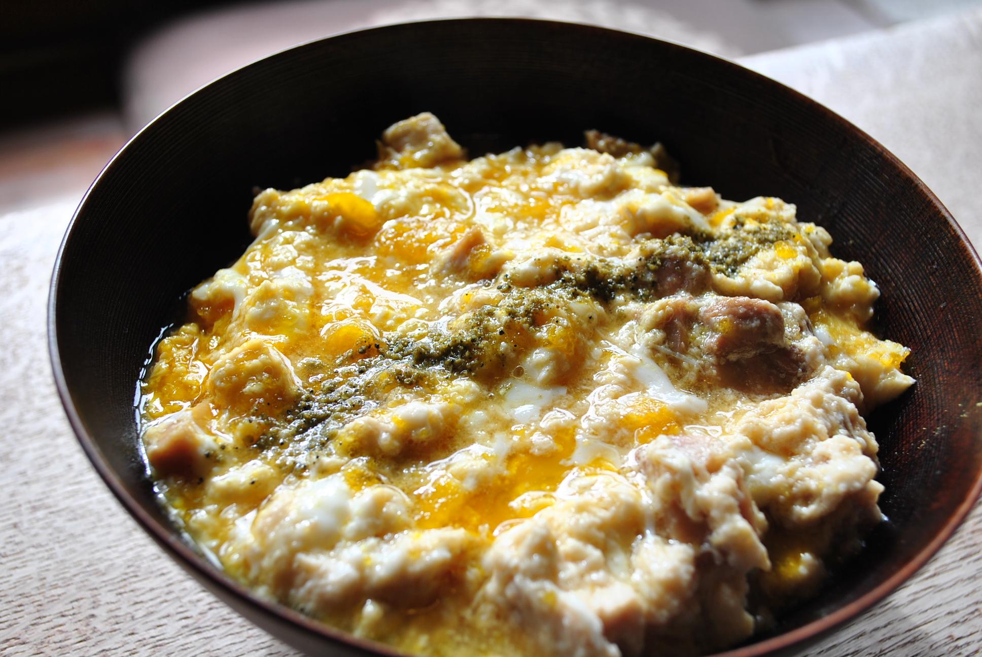 唐津市のたまご色のケーキ屋さんで味わう親子丼は、新鮮玉子とこだわりの出汁が自慢です。