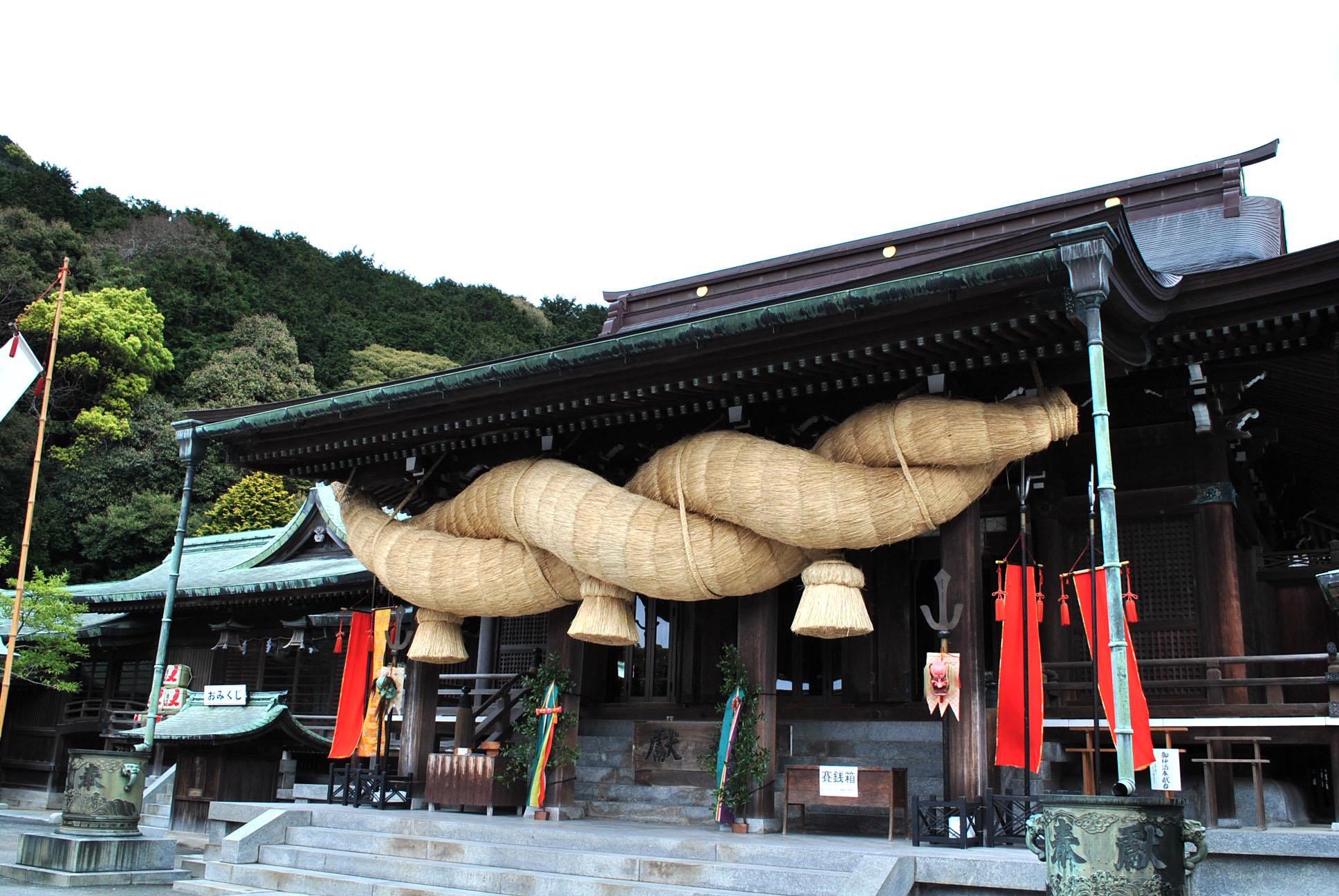 嵐のCMでさらに人気上昇!! 光の道が彩る福岡県福津市の宮地嶽神社。
