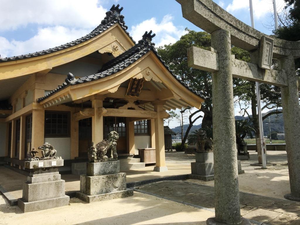 海岸線が美しい糸島半島。ドラゴンの眼の位置にある「須賀神社」。