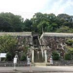 清き流れの玉島川沿いに建つ、神功皇后ゆかりの玉島神社。