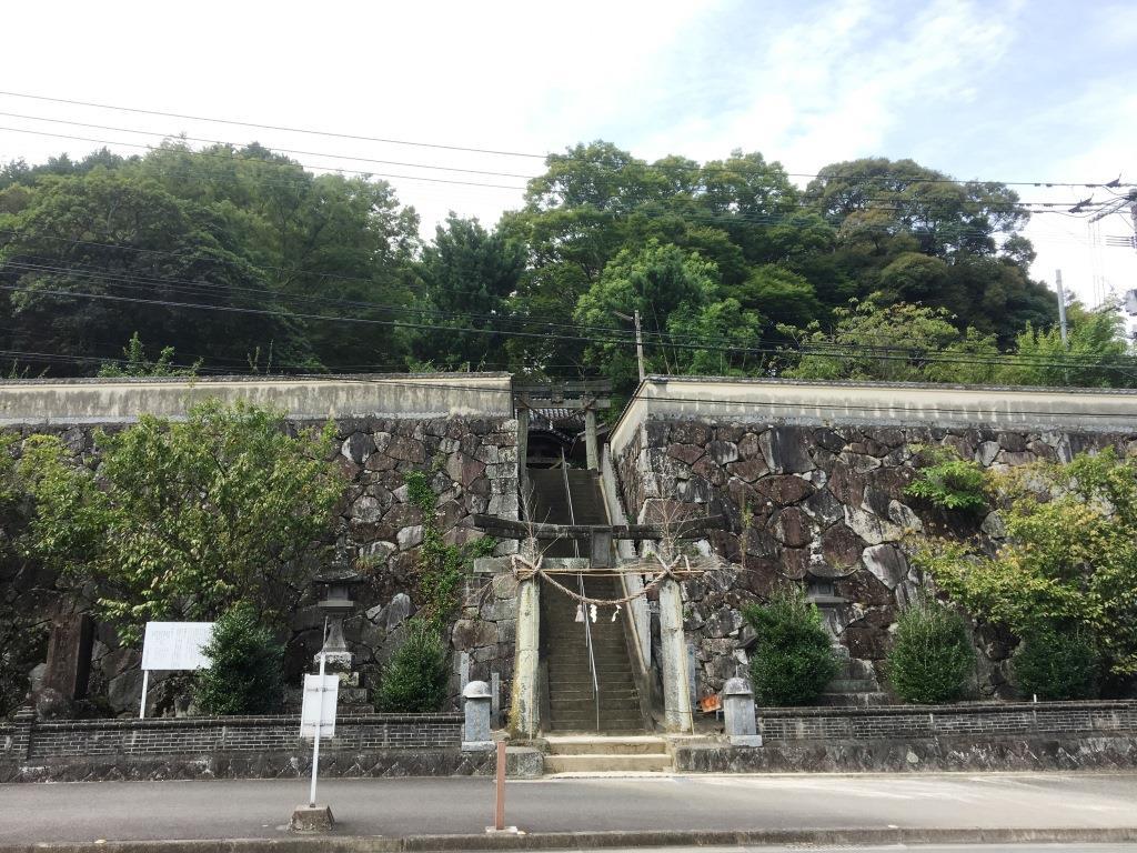 万葉の里、清き流れの玉島川沿いに建つ神功皇后ゆかりの玉島神社。